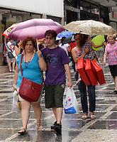 SÃO PAULO, SP, 06 DE JANEIRO DE 2012 - CLIMA TEMPO - Chove na praça do Patriarca na tarde desta sexta-feira, 05, na região central da cidade FOTO: ALEXANDRE MOREIRA - NEWS FREE.