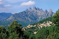 Europe/France/Corse/2A/Corse-du-Sud/Zonza: Le village et les aiguilles de Bavella