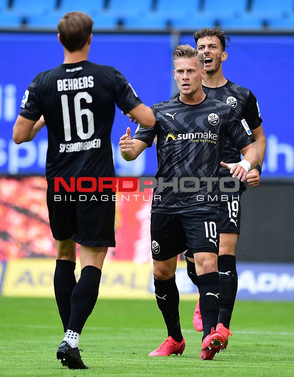 0:1 Tor, Jubel, nach Eigentor durch Rick van Drongelen (HSV) v.l. Kevin Behrens, Julius Biada, Leart Paqarada (Sandhausen)<br />