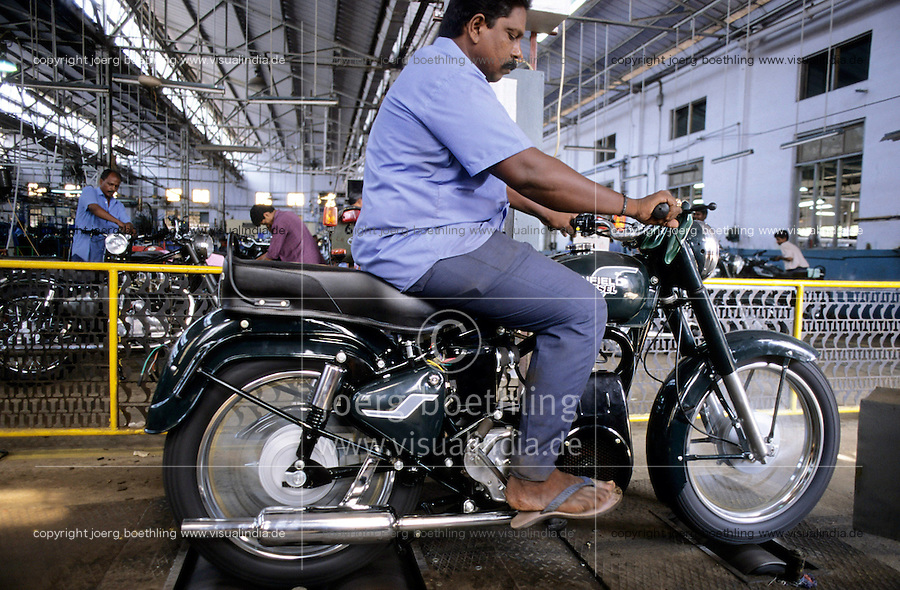 INDIA Tamil Nadu Chennai Madras, factory Royal Enfield , production of motorbike motorcycle , testing of diesel engine / INDIEN Madras, Arbeiter testet Diesel Motorad Royal Enfield im Enfield Werk in Chennai - MORE IMAGES available!