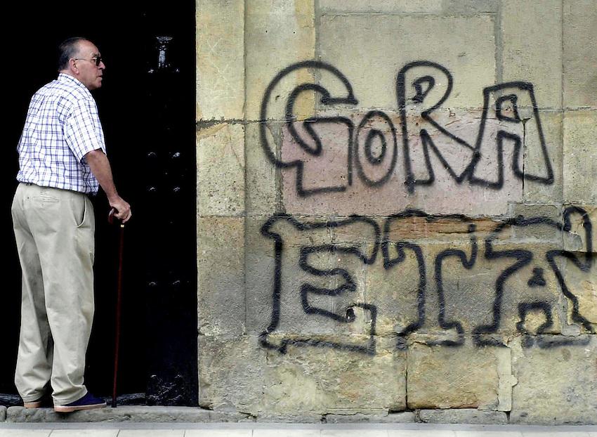 2001-7-11, Eskoriatza..ETA graffiti in the Basque village of Eskoriatza..Argazkia/Photo. Ander Gillenea