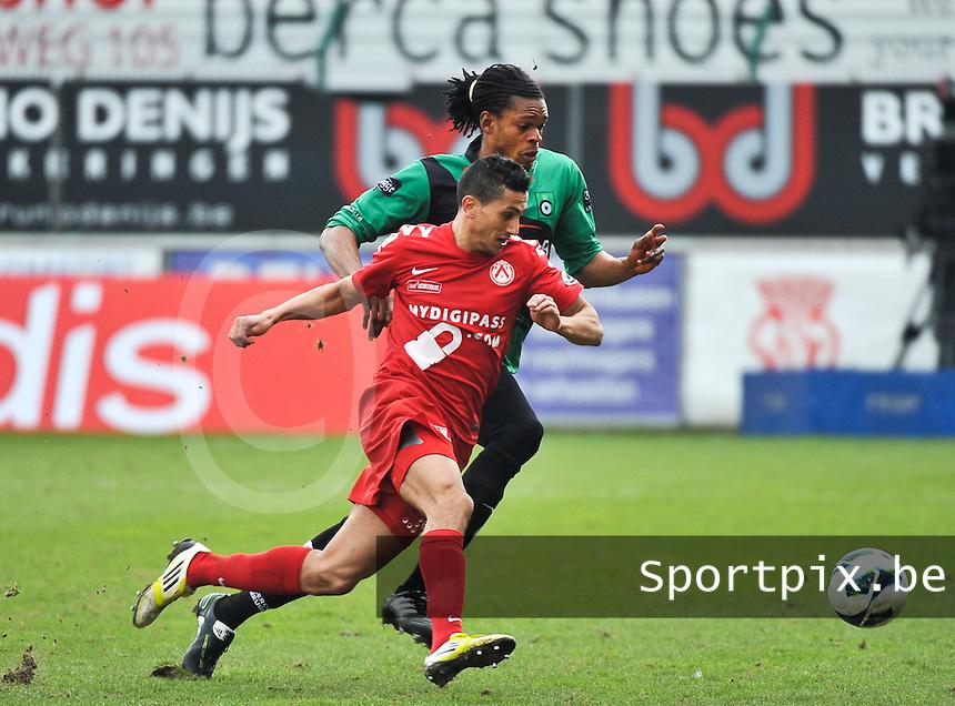 KV Kortrijk - Cercle Brugge : duel om de bal tussen Michael Uchebo en Mustapha Oussalah (voor).foto VDB / BART VANDENBROUCKE
