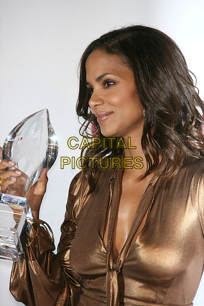 HALLE BERRY (winner Favorite Female Action Star).The 33rd Annual People's Choice Awards - Press Room held at The Shrine Auditorium, Los Angeles, California, USA..January 9th, 2007.half length gold metallic dress award trophy.CAP/ADM/ZL.©Zach Lipp/AdMedia/Capital Pictures