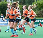 HUIZEN  -  Noor Hakker (Gro) (m) heeft de stand op 1-1 gebracht  , hoofdklasse competitiewedstrijd hockey dames, Huizen-Groningen (1-1) vreugde bij Groningen.  Evaline Janssens (Gro)  COPYRIGHT  KOEN SUYK