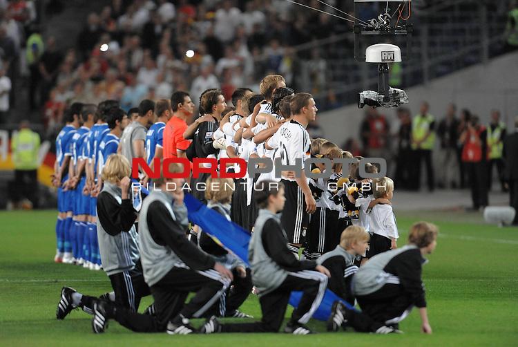 Fussball, L&auml;nderspiel, WM 2010 Qualifikation Gruppe 4 in D&uuml;sseldorf<br />  Deutschland (GER) vs. Aserbaidschan ( AZE )<br /> <br /> <br /> Feature - vor dem Spiel Aufstellung der Mannschaften zur Nationalhymne - vor den Spielern  Die Spidercam im Seilkreuz - die die Spieler in Gro&szlig;format aufnimmt<br /> <br /> Foto &copy; nph (  nordphoto  )<br />  *** Local Caption *** <br /> <br /> Fotos sind ohne vorherigen schriftliche Zustimmung ausschliesslich f&uuml;r redaktionelle Publikationszwecke zu verwenden.<br /> Auf Anfrage in hoeherer Qualitaet/Aufloesung