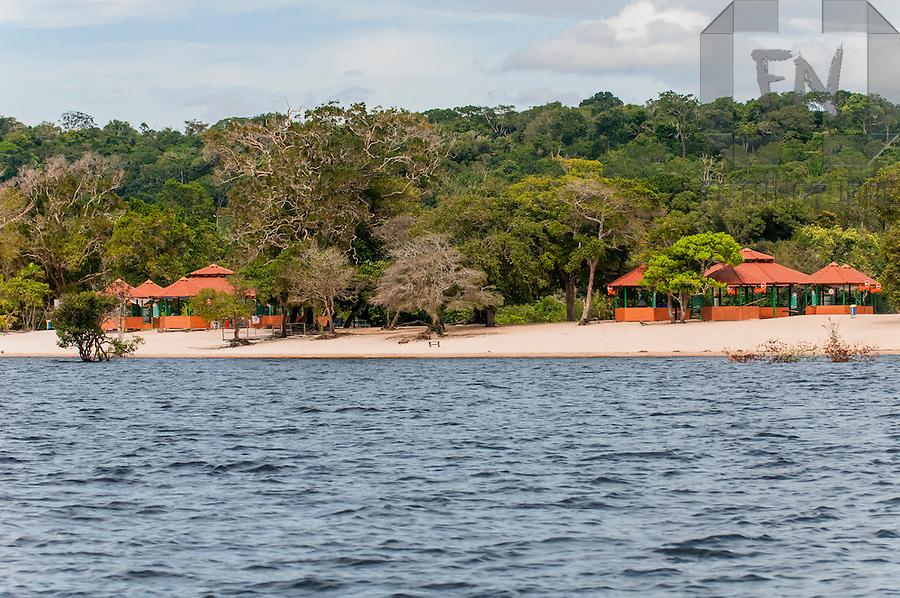 Quiosques na Praia do Tup&eacute; vistos do Rio Negro, na Comunidade de S&atilde;o J&otilde;ao do Tup&eacute;, na Reserva de Desenvolvimento Sustent&aacute;vel (RDS) do Tup&eacute; | Kiosks at Tup&eacute; Beach seen from Negro River, in the S&atilde;o J&otilde;ao do Tup&eacute; Community, in the Sustainable Development Reserve of the Tup&eacute;<br /> <br /> LOCAL: Manaus, Amazonas, Brasil <br /> DATE: 02/2009 <br /> &copy;Du Zuppani