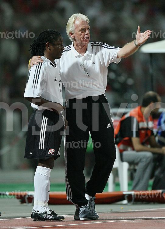 Fussball International WM Qualifikation Bahrain 0-1 Trinidad und Tobago Trinidad und Tobago Trainer Leo Neenhakker (re) erklaert Russel Latapy (T-T) die Spielsituation