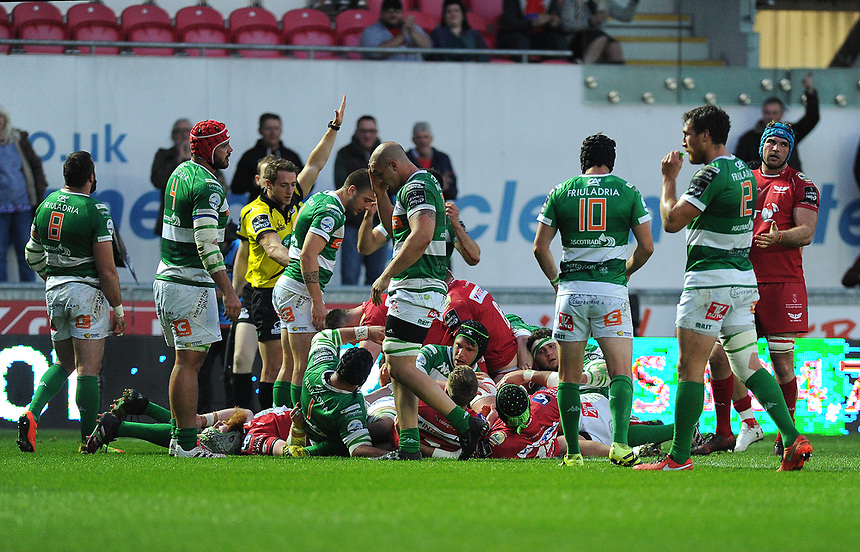 TRY - Scarlets' Ken Owens scores his sides fourth try<br /> <br /> Photographer Ashley Crowden/CameraSport<br /> <br /> Guinness PRO12 Round 19 - Scarlets v Benetton Treviso - Saturday 8th April 2017 - Parc y Scarlets - Llanelli, Wales<br /> <br /> World Copyright &copy; 2017 CameraSport. All rights reserved. 43 Linden Ave. Countesthorpe. Leicester. England. LE8 5PG - Tel: +44 (0) 116 277 4147 - admin@camerasport.com - www.camerasport.com