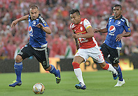 BOGOTÁ -COLOMBIA, 06-09-2015. Wilson Morelo (Der) jugador de Independiente Santa Fe disputa el balón con Andres Cadavid (Izq) jugador de Millonarios durante partido por la fecha 10 de la Liga Aguila II 2015 jugado en el estadio Nemesio Camacho El Campín de la ciudad de Bogotá./ Wilson Morelo (R) player of Independiente Santa Fe fights for the ball with Andres Cadavid(L) player of Millonarios during the match for the 10th date of the Aguila League II 2015 played at Nemesio Camacho El Campin stadium in Bogotá city. Photo: VizzorImage/ Gabriel Aponte / Staff