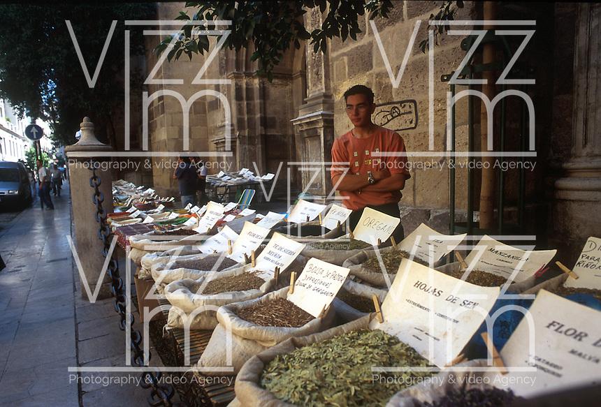 GRANADA- ESPAÑA- 24-06-2005. Venta callejera de especias. Street sale of spices. (Photo: VizzorImage)....