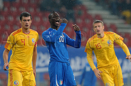 17.11.2010 International Friendly match Romania v Italy, 1-1. Klagenfurt, Austria, HYPO Group Arena. Picture shows Gabriel Tamas,    Dorin Goian and Mario Balotelli.