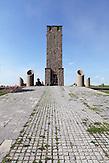 Gazimestan ist eine Gedenkstätte im Kosovo. Sie befindet sich am Schauplatz der Schlacht auf dem Amselfeld, in der am 15. Juni 1389 eine multinationale Armee von unter anderem Serben, Albanern, Montenegrinern und Bulgaren von den Osmanen vernichtend geschlagen wurde. Am Ort dieses Denkmals hielt Slobodan Milo?evi? am 28. Juni 1989, bei den Gedenktagen des 600. Jahrestags der Schlacht, seine in die Geschichte eingegangene Amselfeld-Rede..Im August 1999 soll die albanische paramilitärische UÇK, welche für die Unabhängigkeit des Kosovo kämpfte, das Denkmal der Helden des Kosovo stark beschädigt haben. Zwei Jahre nach der Unabhängigkeitserklärung des Kosovo gab die KFOR 2010 die Bewachung des Denkmals an die örtlichen Polizeibehörden ab. / Gazimestan is a memorial in Kosovo. It is located on the site of the Battle of Kosovo, where on 15 June 1389 a multinational army - consisting among others of Serbians, Albanians, Montenegrins and Bulgarians - was crushingly defeated by the Ottomans. At the site of the monument, Slobodan Milo?evi? on 28 June 1989, during the commemoration of the 600th Anniversary of the battle, gave his Kosovo Polje speech..In August 1999, the Albanian paramilitary UCK, which fought for the independence of Kosovo, is said to have severely damaged the monument of the heroes of Kosovo. Two years after the declaration of independence of Kosovo, in  2010, the KFOR gave back the guard over the monument to the local police authorities.