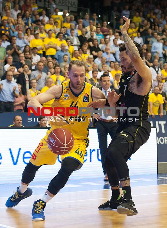 16.05.2017, EWE Arena, Oldenburg, GER, BBL, EWE Baskets Oldenburg vs medi Bayreuth, im Bild<br /> <br /> Kyan ANDERSON  ( medi Bayreuth #7  )<br /> Vaughn DUGGINS (EWE Baskets Oldenburg #44 )<br /> Foto &copy; nordphoto / Rojahn