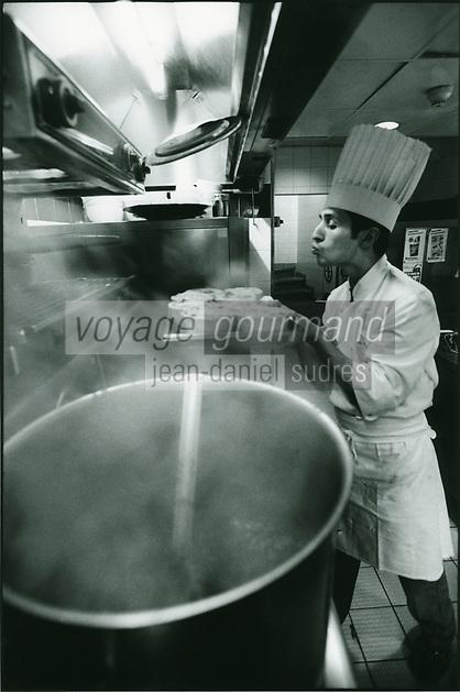 """Europe/France/Ile-de-France/75001/Paris: Préparation de la gratinée à l'oignon ou gratinée des halles au restaurant """"Au Pied de Cochon"""" le chef met les soupières à gratiner"""