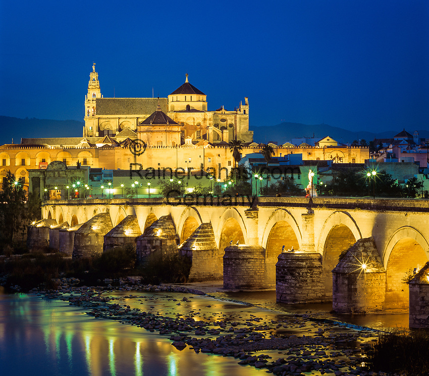 Spanien, Andalusien, Córdoba: Mezquita und roemische Bruecke ueber den Guadalquivir in der Abenddaemmerung | Spain, Andalusia, Córdoba: The floodlit Mezquita and Puente Romano