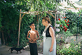 Livio* spricht mit Hermine Jinga-Roth ob er seine Mutter mit ihrem Handy anrufen darf. Europa, Rumaenien, Rusciori den 25. Juli 2015
