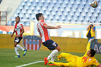 BARRANQUILLA- COLOMBIA -17-07-2016: Roberto Ovelar (Izq.) jugador de Atletico Junior disputa el balón con Leandro Castellanos (Der.) portero de Independiente Santa Fe,  durante partido entre Atletico Junior e Independiente Santa Fe, por la fecha 4 de la Liga Aguila II-2016, jugado en el estadio Metropolitano Roberto Melendez de la ciudad de Barranquilla. / Roberto Ovelar (L) player of Atletico Junior vies for the ball with Leandro Castellanos (R) goalkeeper of Independiente Santa Fe, during a match between Atletico Junior and Independiente Santa Fe, for the date 4 of the Liga Aguila II-2016 at the Metropolitano Roberto Melendez Stadium in Barranquilla city, Photo: VizzorImage  / Alfonso Cervantes / Cont.