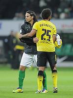 FUSSBALL   1. BUNDESLIGA   SAISON 2011/2012    9. SPIELTAG  14.10.2011 SV Werder Bremen - Borussia Dortmund                  Claudio Pizarro (SV Werder Bremen) umarmt Patrick Owomoyela (Borussia Dortmund)