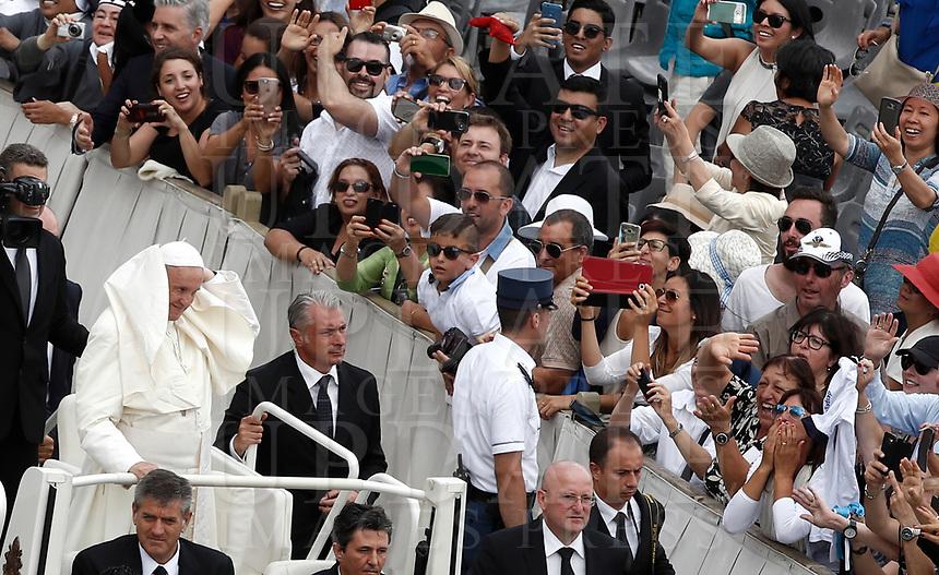 Papa Francesco saluta i fedeli al termine della Santa Messa della Solennità dei Santi Pietro e Paolo in piazza San Pietro, Citta' del Vaticano, 29 giugno, 2017.<br /> Pope Francis greats faithful at the end of the mass for the imposition of the Pallium upon the new metropolitan archbishops and the solemnity of Saints Peter and Paul in St. Peter's Square at the Vatican, on June 29, 2017.<br /> UPDATE IMAGES PRESS/Isabella Bonotto<br /> <br /> STRICTLY ONLY FOR EDITORIAL USE