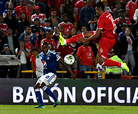 BOGOTÁ - COLOMBIA, 18-01-2019: Jair Palacios (Izq.) jugador de Millonarios disputa el balón con Cristian Florez (Der.) jugador de América de Cali, durante partido Millonarios y América de Cali, por el Torneo Fox Sports 2019, jugado en el estadio Nemesio Camacho El Campin de la ciudad de Bogotá. / Jair Palacios (L) player of Millonarios vies for the ball with Cristian Florez (R) player of America de Cali, during a match between Millonarios and America de Cali, for the Fox Sports Tournament 2019, played at the Nemesio Camacho El Campin stadium in the city of Bogota. Photo: VizzorImage / Luis Ramírez / Staff.