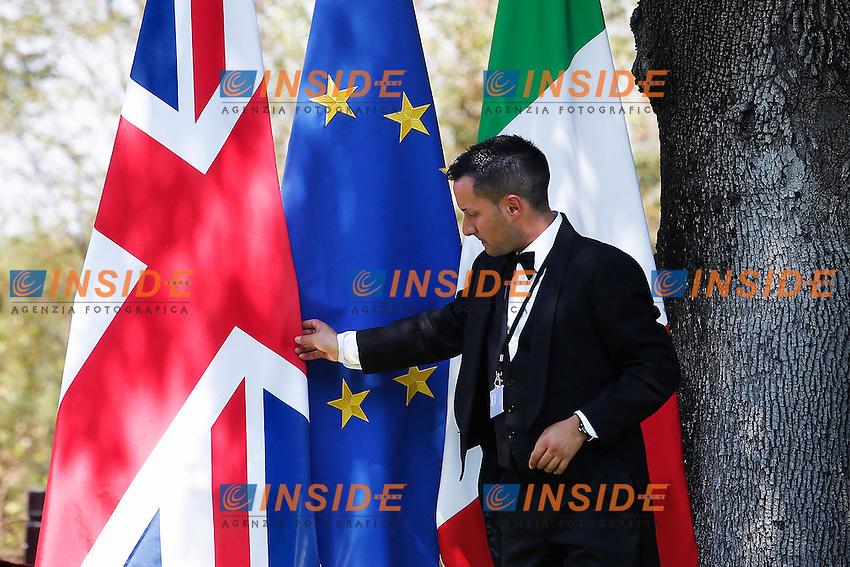Un commesso aggiusta la bandiera dell'Inghilterra<br /> Roma 27-07-2016 Villa Pamphilj. Incontro tra il primo ministro italiano e la neo premier Inglese.<br /> Italian Premier meets the new English Prime Minister.<br /> Photo Samantha Zucchi Insidefoto