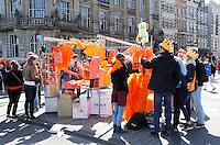 Koningsdag in Amsterdam. Op straat worden allerlei oranje spullen verkocht