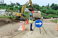 UGANDA, road construction in rural area, road from Kasese to Mbarara / Strasse von Kasese nach Mbarara, Strassenbau vor dem Nationalpark Queen Elizabeth