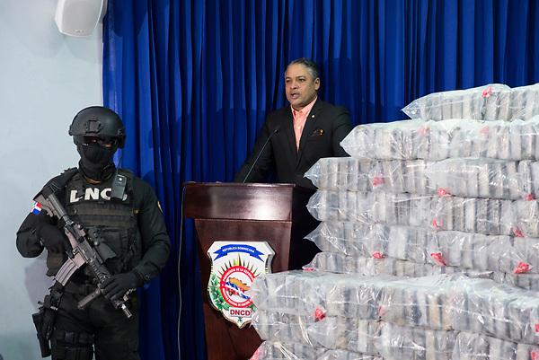 STO02. SANTO DOMINGO (REPÚBLICA DOMINICANA), 14/06/2017.- El vocero de la Dirección Nacional de Control de Drogas (DNCD), Carlos Devers (d), informa a la prensa sobre un cargamento de más de 800 kilos de drogas, presumiblemente cocaína, que fue decomisada durante un operativo realizado en las últimas horas hoy, miércoles 14 de junio de 2017, en Santo Domingo (República Dominicana). EFE/ Orlando Barría
