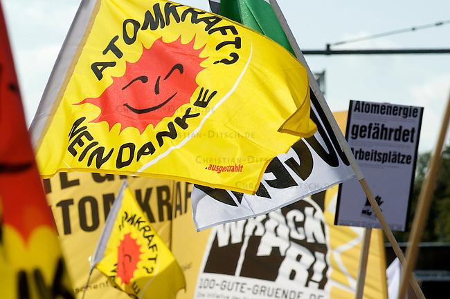 Protest gegen Atomkraft<br />Drei Wochen vor der Bundestagswahl im September 2009 demonstrierten am Samstag den 5. 9. 2009 mehr als 50.000 Menschen unter dem Motto &quot;Mal richtig abschalten&quot; gegen die Nutzung von Atomkraft, die von CDU und FDP angekuendigte Verlaengerung der Laufzeit der Atomkraftwerke und die Nutzung der Lager Gorleben, Asse, Schacht Konrad.<br />350 Traktoren von sind zu dieser Demonstration, 30 Jahre nach der ersten Gro&szlig;demo, aus dem Bundesgebiet nach Berlin gekommen und fuhren zum Brandenburger Tor.<br />Die Demonstranten riefen dazu auf, bei der Bundestagswahl keine Partei zu waehlen, die die Atomindustrie unterstuezt.<br />5.9.2009, Berlin<br />Copyright: Christian-Ditsch.de<br />[Inhaltsveraendernde Manipulation des Fotos nur nach ausdruecklicher Genehmigung des Fotografen. Veroeffentlichung nur gegen Honorar, Urhebervermerk Christian Ditsch/version-foto.de und Belegexemplar. Verwendung des Bildes ausserhalb journalistischer Berichterstattung bedarf besonderer schriftlicher Vereinbarung. Attention: NO MODEL-RELEASE! Please see Details on our Website or contact us: www.version-foto.de - Bank Details: Konto: I N G - D i B a, IBAN DE58500105175400192269, BIC INGDDEFFXXX, Kontakt: post@christian-ditsch.de Urhebervermerk wird gemaess Paragraph 13 UHG verlangt.]