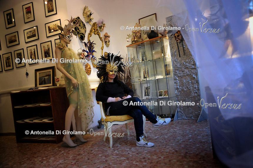 """Karima Laraba, artigiana algerina, in Italia da pochi anni, mentre lavora nel suo laboratorio artigianale """"Mysotyis"""", Venezia.<br /> Karima Laraba, Algerian artisan, in Italy from few years, while working in his workshop """"Mysotyis"""", Venice."""