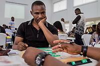 Wellington Jighere (schwarzes T-Shirt) war 2015 der erste Scrabble-Weltmeister aus Afrika. Hier ist der Vollprofi bei einem Scrabble-Turnier in Lagos, Nigeria am 14.7.2018. Nigeria ist die beste  Scrabble-Nation der Welt, 28 der Top-100 der Weltrangliste (Stand 14.7.2018) kommen aus Nigeria
