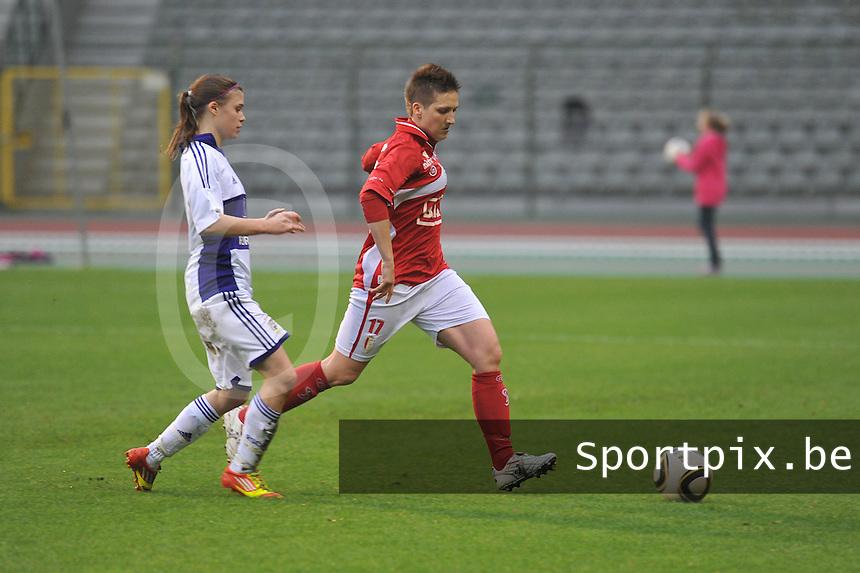 RSC Anderlecht Dames - Standard Femina de Liege : Maud Coutereels aan de bal voor Anaelle Wiard .foto JOKE VUYLSTEKE / Vrouwenteam.be