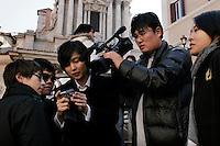 Roma: turisti davanti alla fontana di Trevi..Rome: tourist in front of fontana di Trevi