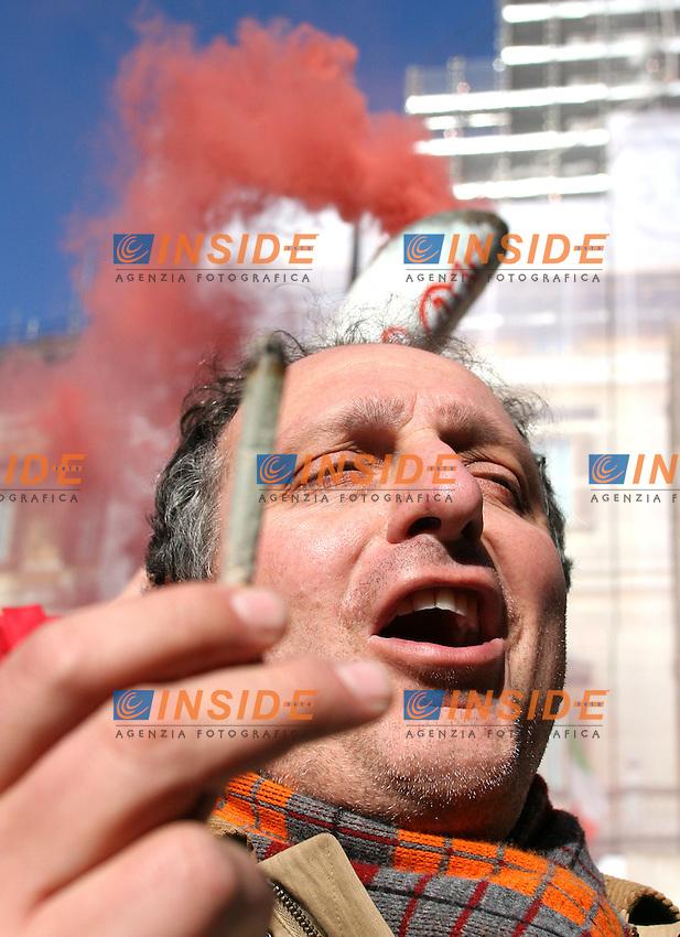 Roma, 7 febbraio 2006: Manifestazione degli Antiproibizionisti contro la legge Fini sulla droga.<br /> <br /> Nella foto: Paolo Cento, deputato dei Verdi<br /> <br /> Photo: Serena Cremaschi Insidefoto