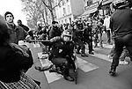 En tenue anti-émeute, les gendarmes ou les CRS interviennent derrière les policiers en civil pour protéger leurs arrières et assurer leur sécurité lors des interpellations.