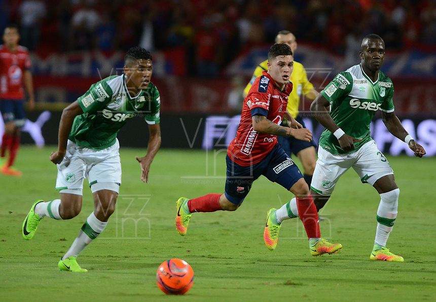 MEDELLÍN -COLOMBIA-04-06-2017: Juan F Quintero (Der) jugador del Medellín disputa el balón con Jeison Angulo (Izq) del Nacional durante el partido de vuelta entre Independiente Medellín y Deportivo Cali por los cuadrangulares finales de la Liga Águila I 2017 jugado en el estadio Atanasio Girardot de la ciudad de Medellín. / Juan F Quintero (R) player of Medellin vies for the ball with Jeison Angulo (L) player of Nacional during second leg match between Independiente Medellin and Deportivo Cali for the final quadrangulars of the Aguila League I 2017 played at Atanasio Girardot stadium in Medellin city. Photo: VizzorImage/ León Monsalve / Cont