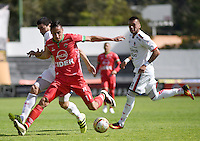TUNJA -COLOMBIA, 22-10-2016. Mauricio Gomez (Der) jugador de Patriotas FC disputa el balón con Mario Gonzalez (Izq) jugador de Fortaleza CEIF durante partido por la fecha 17 de la Liga Águila II 2016 realizado en el estadio La Independencia en Tunja./ Mauricio Gomez (R) player of Patriotas FC fights for the ball with Mario Gonzalez (L) player of Fortaleza CEIF during match for the date 17 of Aguila League II 2016 at La Independencia stadium in Tunja. Photo: VizzorImage/César Melgarejo/Cont