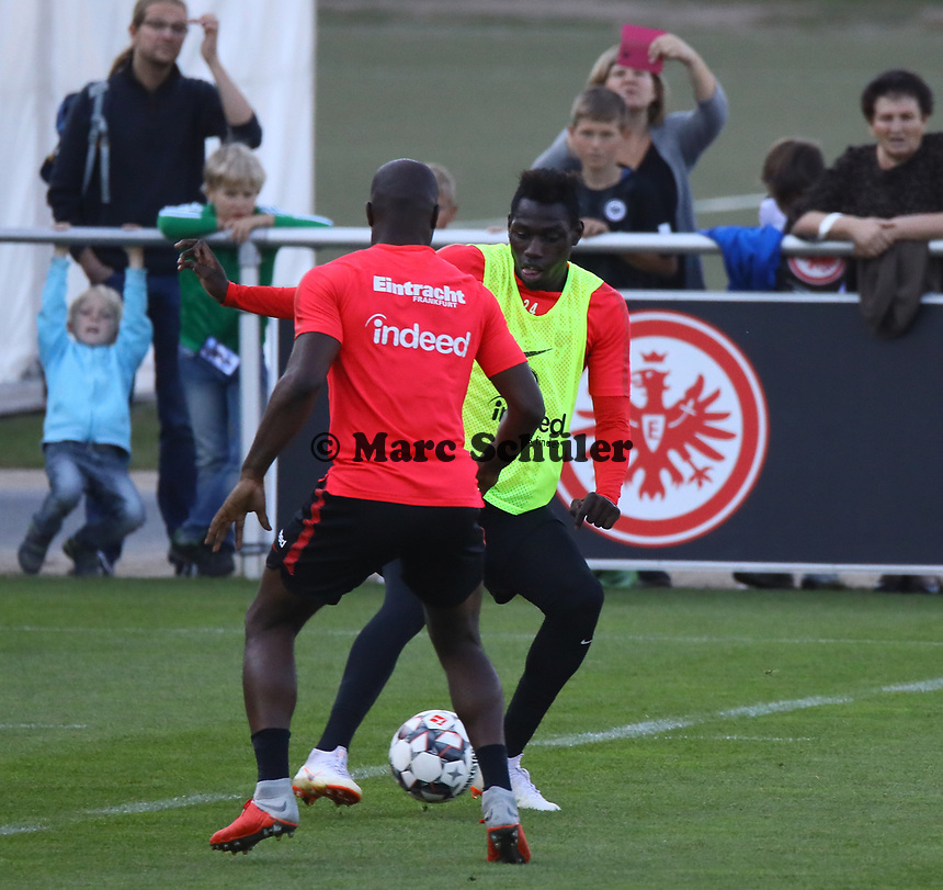 Jetro Willems (Eintracht Frankfurt) gegen Danny da Costa (Eintracht Frankfurt) - 10.10.2018: Eintracht Frankfurt Training, Commerzbank Arena, DISCLAIMER: DFL regulations prohibit any use of photographs as image sequences and/or quasi-video.