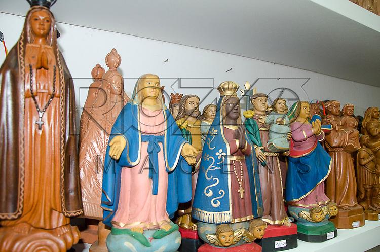 Artesanatos na Casa da Cultura de Pernambuco - antiga Casa de Detenção inaugurado em 1855, que atualmente abriga lojas de artesanato, centro histórico de Recife - PE, 12/2012.
