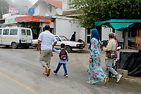 AIN DRAHAM, TUNISIA - SEPTEMBER 22:<br /> donne, bambini<br /> Life in the streets