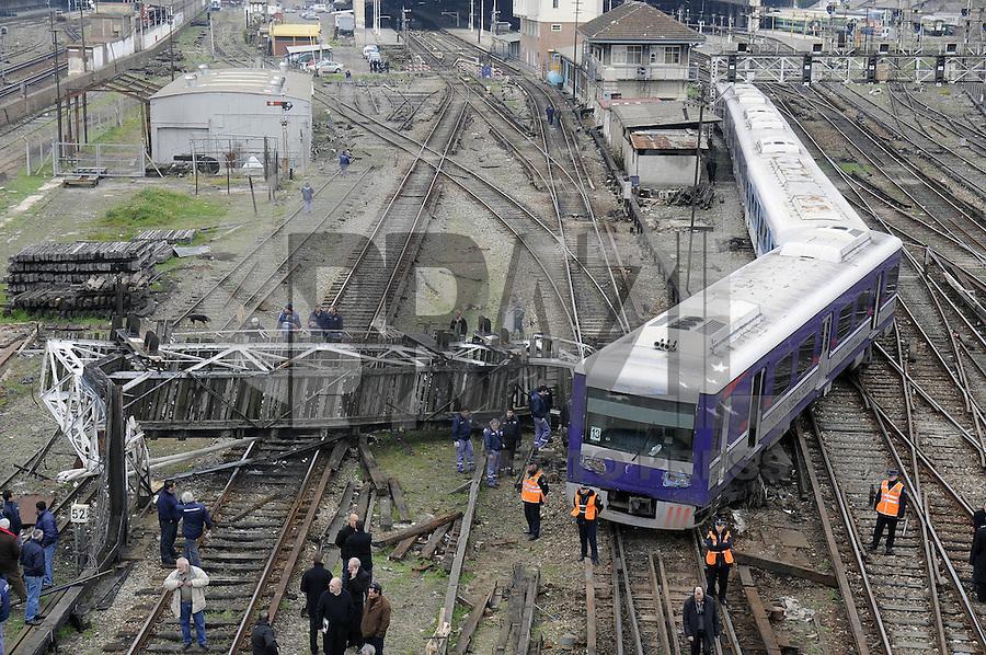 BUENOS AIRES, ARGENTINA, 06 AGOSTO 2012 - DESCARRILHAMENTO DE TREM - Uma composicao de um trem descarrilhou proximo a estacao Retiro, com o impacto derrubou uma passarela, em Buenos Aires, nesta segunda-feira, 06. (FOTO: JUANI RONCORONI / BRAZIL PHOTO PRESS).