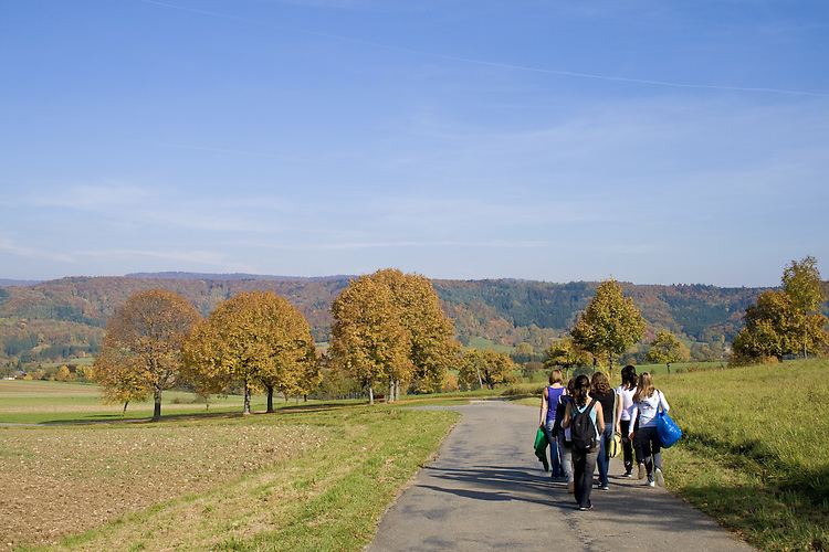 Europa, DEU, Deutschland, Baden Wuerttemberg, Schwaebische Alb, Hechingen-Boll, Herbst, Landschaft, Baeume, Herbstliche Farben, Blattverfaerbung, Urlauber, Touristen, Wandergruppe, Jugendliche, Kategorien und Themen, Natur, Umwelt, Landschaft, Jahreszeiten, Stimmungen, Landschaftsfotografie, Landschaften, Landschaftsphoto, Landschaftsphotographie, Tourismus, Touristik, Touristisch, Touristisches, Urlaub, Reisen, Reisen, Ferien, Urlaubsreise, Freizeit, Reise, Reiseziele, Ferienziele....[Fuer die Nutzung gelten die jeweils gueltigen Allgemeinen Liefer-und Geschaeftsbedingungen. Nutzung nur gegen Verwendungsmeldung und Nachweis. Download der AGB unter http://www.image-box.com oder werden auf Anfrage zugesendet. Freigabe ist vorher erforderlich. Jede Nutzung des Fotos ist honorarpflichtig gemaess derzeit gueltiger MFM Liste - Kontakt, Uwe Schmid-Fotografie, Duisburg, Tel. (+49).2065.677997, ..archiv@image-box.com, www.image-box.com]