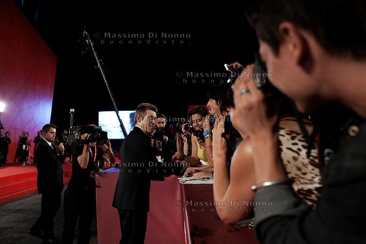 Venezia: William Defoe saluta i suoi fans durante la sessantottesima mostra del cinema di Venezia