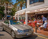 Spanien, Andalusien, Provinz Málaga, Puerto Banús bei Marbella: Yachthafen, Anlaufpunkt des Jetsets, der Stars und Sternchen - Promenade, Mercedes Benz | Spain, Andalusia, Puerto Banús near Marbella: yacht harbour, promenade, Mercedes Benz