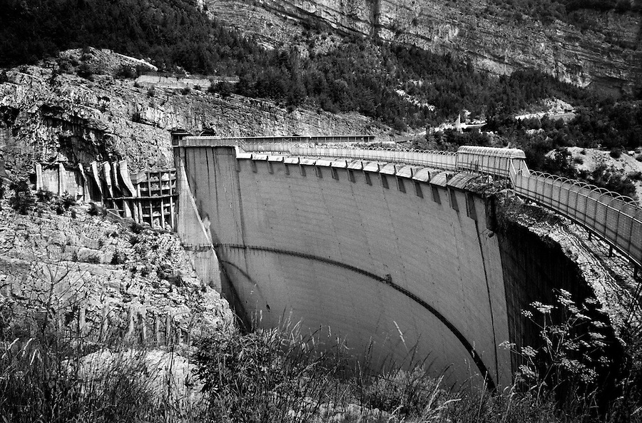 The Vajont dam today. On October 9th 1963 a giant landslide collapses into the artificial lake created by the Vajont Dam in northern Italy, provoking a 250 meters high wave that completely destroys the settlements near the lake and the town of Longarone far down in the valley below the dam. 1910 people lost their lives in a tragedy that easily could have been avoided if it was not for the economical and political interests of powerful men dreaming of the tallest dam in the world. A tragedy that is still alive today in Erto, Casso and Longarone, where the survivers of that disastrous day almost 50 years ago are still fighting for their justice.