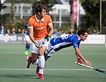 UTRECHT - Manu Stockbroekx (Bldaal) met Pepijn Luijkx (Kampong)    tijdens de hockey hoofdklasse competitiewedstrijd heren:  Kampong-Bloemendaal (3-3).    COPYRIGHT KOEN SUYK