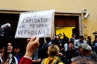 Roma  23 Aprile 2013.Si riunusce  la direzione nazionale del Partito Democratico. Un cartello contro il PD