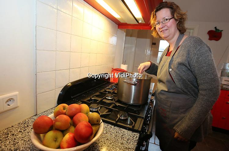 Foto: VidiPhoto<br /> <br /> DODEWAARD - Ageeth Vilier, beter bekend als tante Ageeth, achter het fornuis samen met dochter Lianne. Ageeth geeft diverse kookworkshops en high teas.