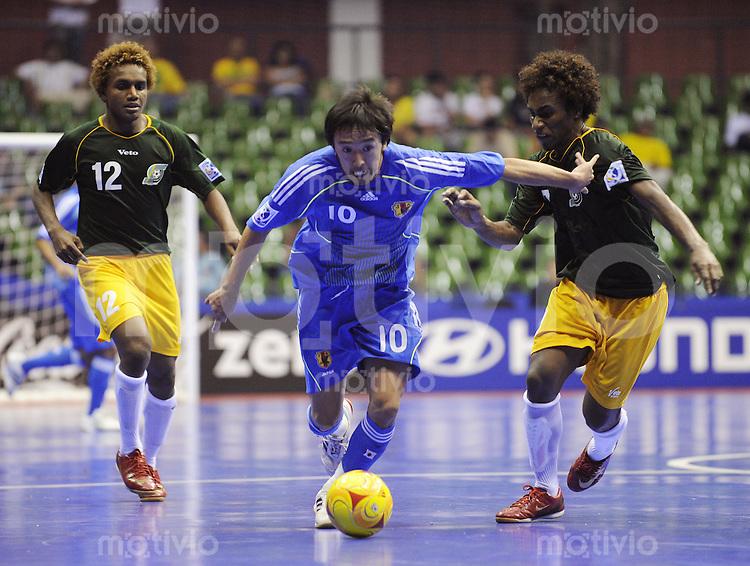 Fussball  International  FIFA  FUTSAL WM 2008   04.10.2008 Vorrunde Gruppe A Solomoninseln - Japan Solomon Islands - Japan  Samuel Osifelo (re, SOL) und Jack wetney, (re, SOL) gegen Kenichiro Kogure (JPN)