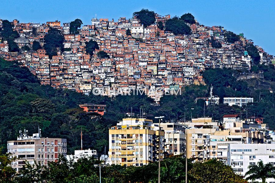 Predios residênciais e Favela da Rocinha. Rio de Janeiro. 2009. Foto de Rogério Reis.